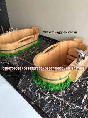 Thùng tắm gỗ pơ mu dạng liền được ốp gạch men bên dưới