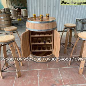 trống thùng rượu trang trí có cánh cửa để chai rượu.