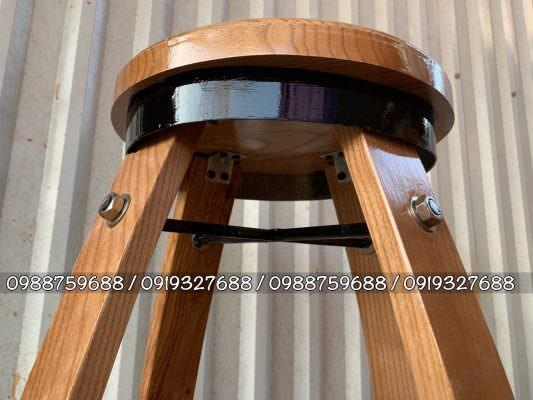 bàn ghế thùng rượu cafe được gia cố bên dưới rất chắc chắn