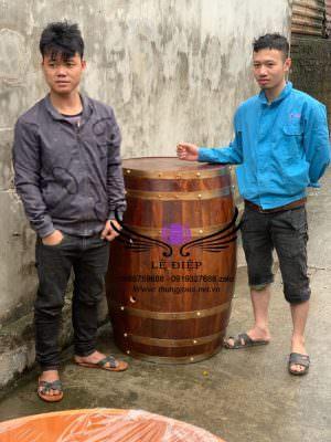 Bàn thùng rượu gỗ trưng bày