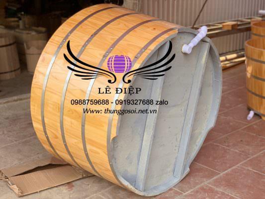 đáy bồn tắm gỗ được gia cố chắc chắn và ghép sập vào thành bồn 1,5 cm rất chắc chắn.