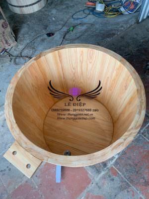 mặt trong bồn tắm gỗ