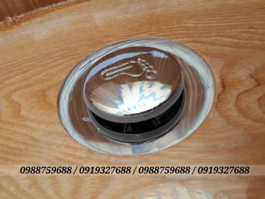 Bồn tắm bằng gỗ sồi cao cấp được thiết kế van xả nhấn innox nhập khẩu với xi phông có thể kéo dài khi đấu nối.