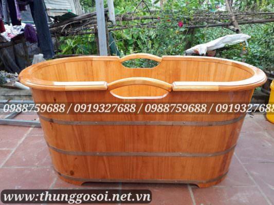 Bồn tắm gỗ oval có tay cầm