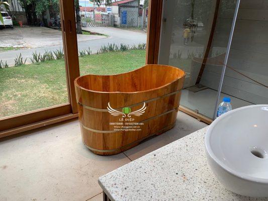 lắp đặt bồn tắm gỗ cho resort tại HCM