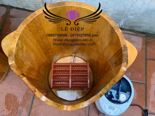 bên trong thùng gỗ xông chân có ghế bàn lăn
