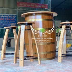 bàn ghế bằng thùng rượu quán bar