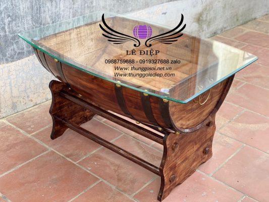 bàn bằng thùng rượu gỗ mặt kính dày 1cm cắt uốn tinh tế theo chiếc bàn rượu