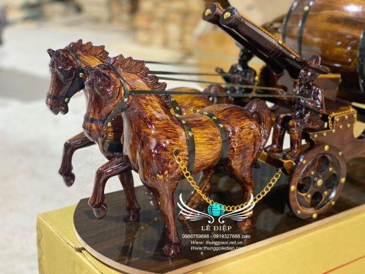 ngựa kéo bom rượu